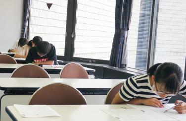 定期テスト対策では、頻出範囲の徹底した演習と解説、質問受けまで。